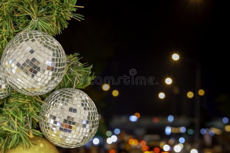 Ornamentos de la bola de cristal en un árbol de navidad y luces borrosas ingenio imagen de archivo libre de regalías
