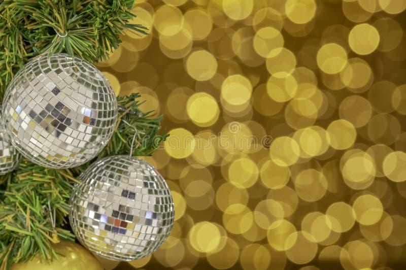 Ornamentos de la bola de cristal en un árbol de navidad y luces borrosas ingenio foto de archivo