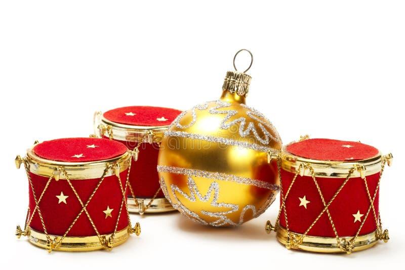 Ornamentos de la bola de la Navidad y del tambor rojo fotografía de archivo