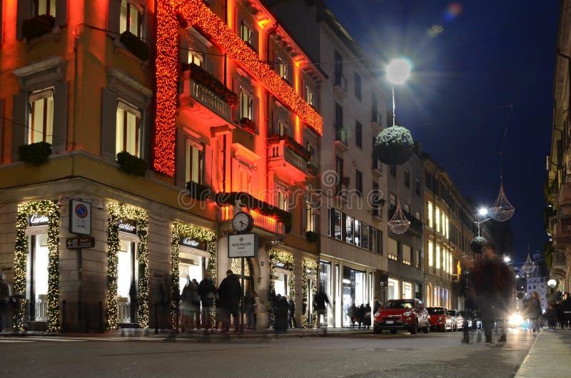 Ornamentos de la calle y de la tienda de la Navidad en la calle famosa de la moda vía Montenapoleone, en Milán Tienda de lujo de  foto de archivo