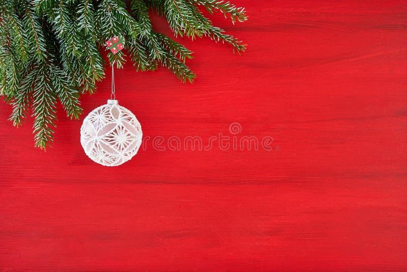 Ornamentos de la Navidad blanca que cuelgan en ramas de árbol de abeto Copie el balneario imagen de archivo