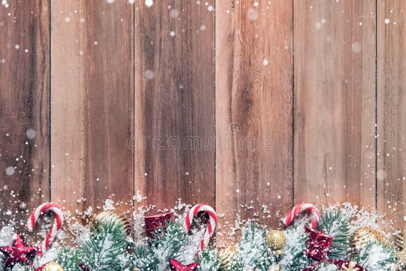 Ornamentos de la Navidad con nieve en el fondo de madera imágenes de archivo libres de regalías
