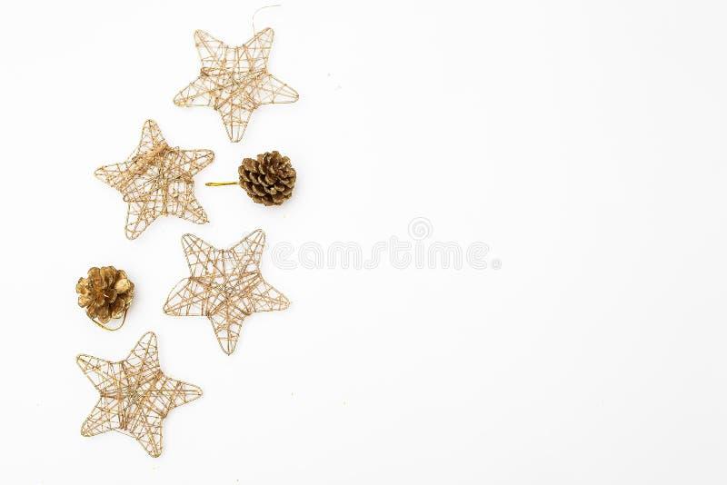 Ornamentos de la Navidad del color oro en un fondo blanco Maqueta imagen de archivo libre de regalías
