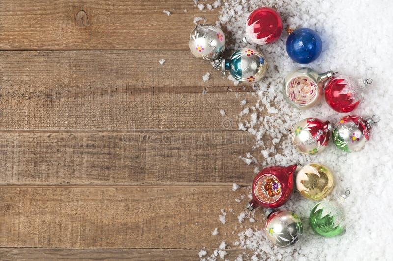 Ornamentos de la navidad del vintage en una nieve - Ornamentos de navidad ...