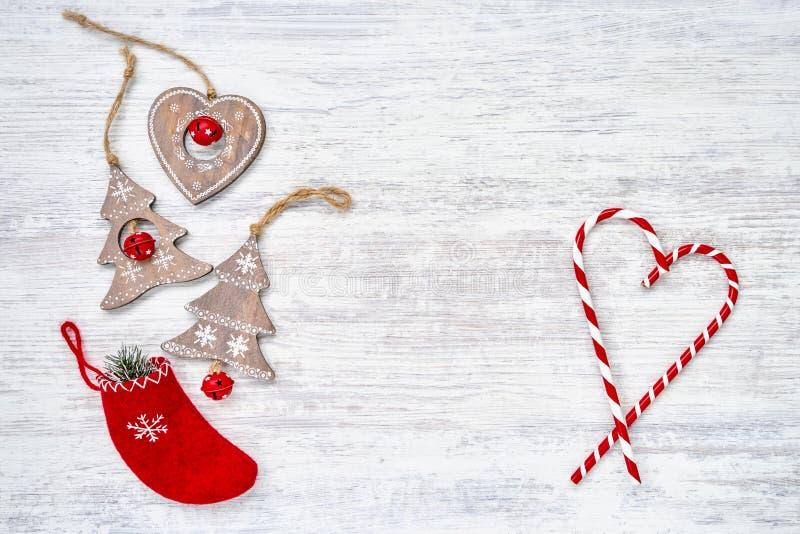Ornamentos de la Navidad en el fondo de madera blanco Copie el espacio, top foto de archivo libre de regalías
