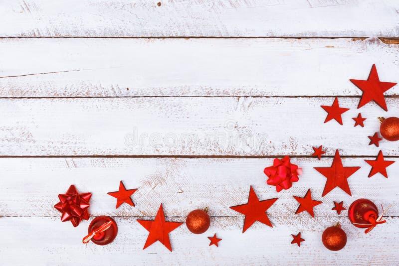 Ornamentos de la Navidad en esquina en la tabla blanca foto de archivo libre de regalías