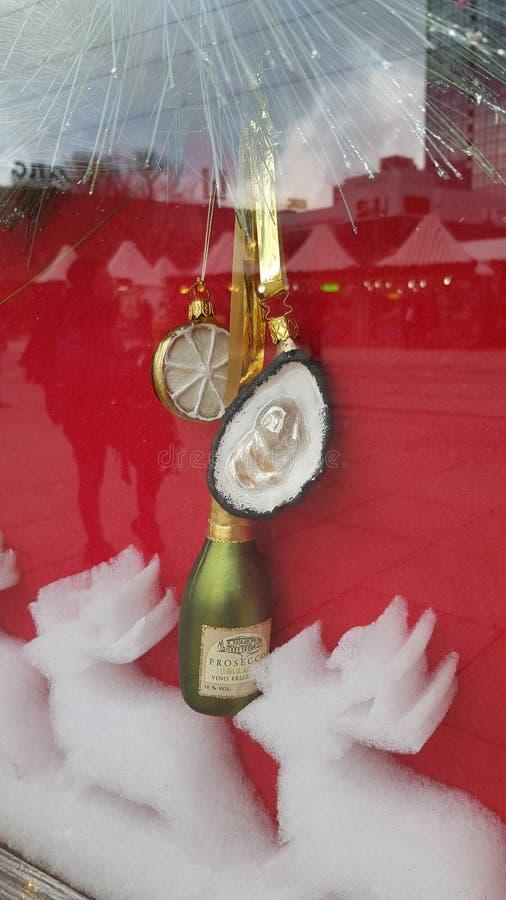 Ornamentos de la Navidad en la forma de la botella del champán con la ostra Primer de cristal de lujo de los ornamentos de la Nav fotografía de archivo libre de regalías