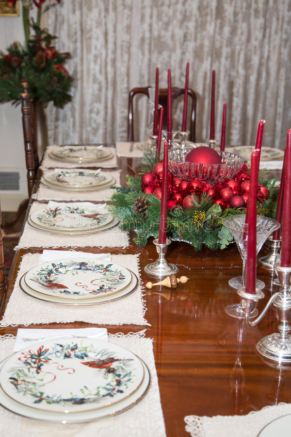 Ornamentos de la Navidad en la mesa de comedor imagenes de archivo
