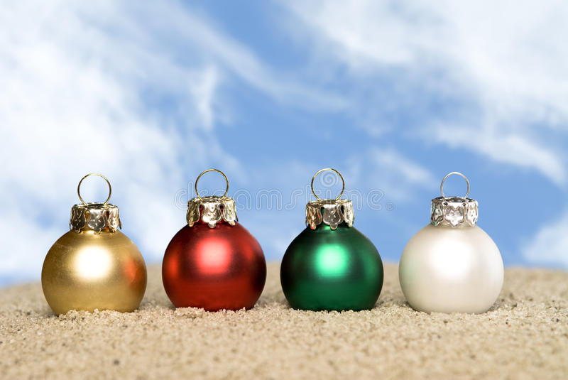 Ornamentos de la Navidad en la playa fotografía de archivo