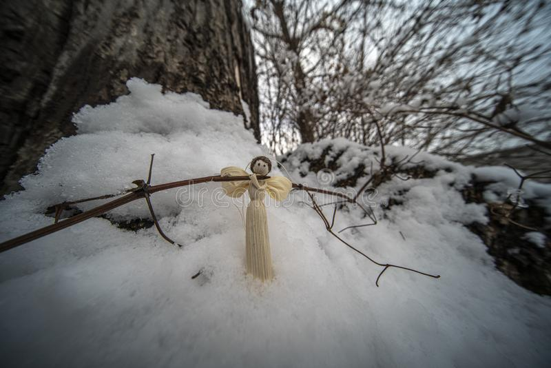 Ornamentos de la Navidad en nieve imagen de archivo libre de regalías