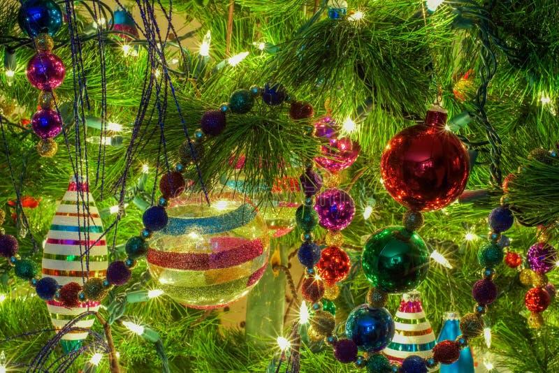 Ornamentos de la Navidad en un árbol foto de archivo libre de regalías