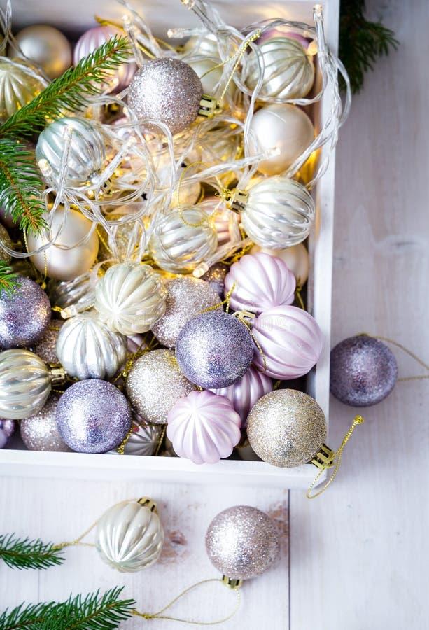 Ornamentos de la Navidad en una caja blanca foto de archivo