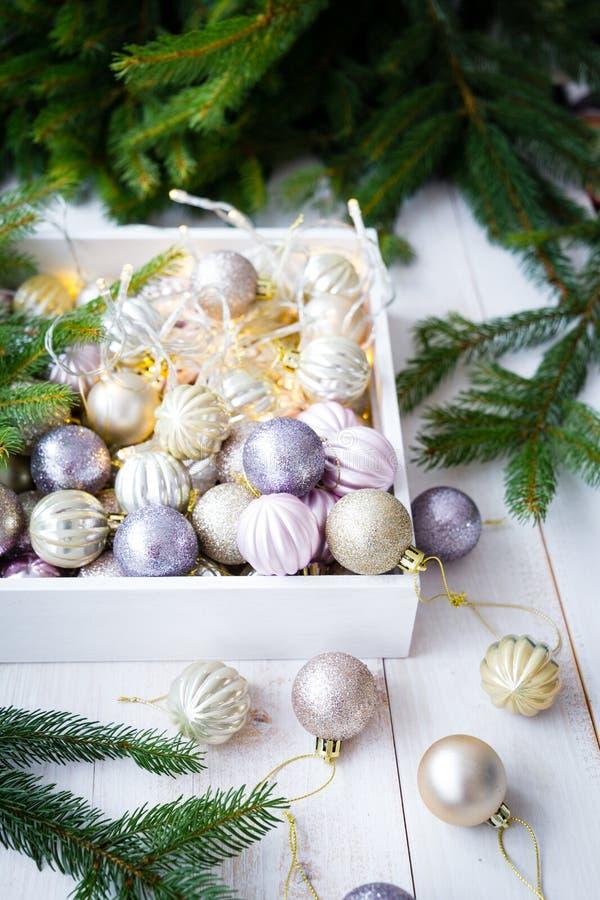 Ornamentos de la Navidad en una caja blanca fotos de archivo libres de regalías