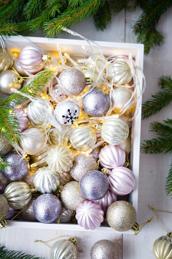 Ornamentos de la Navidad en una caja blanca imagen de archivo libre de regalías