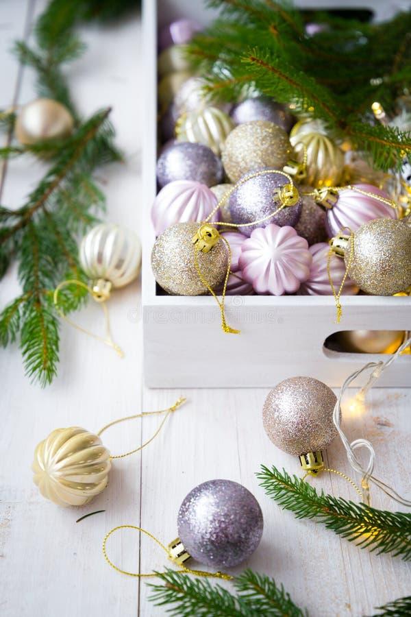 Ornamentos de la Navidad en una caja blanca fotografía de archivo