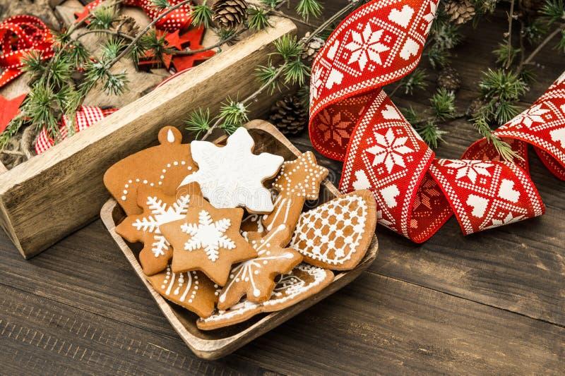 Ornamentos de la Navidad y galletas del pan de jengibre Decoración casera fotos de archivo libres de regalías