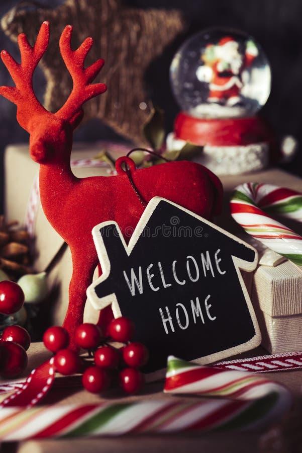 Ornamentos de la Navidad y hogar agradable del texto foto de archivo libre de regalías
