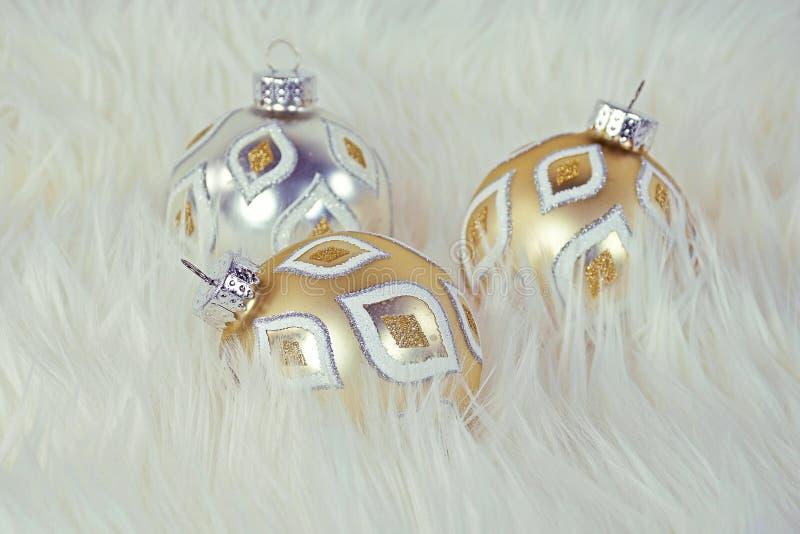 Ornamentos de lujo de la Navidad en piel foto de archivo