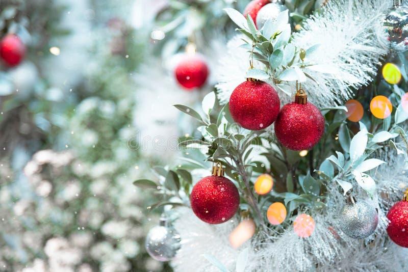 ornamentos de Natal decorados em snowy tree de Natal Feliz Natal e novo ano de experiência imagens de stock royalty free