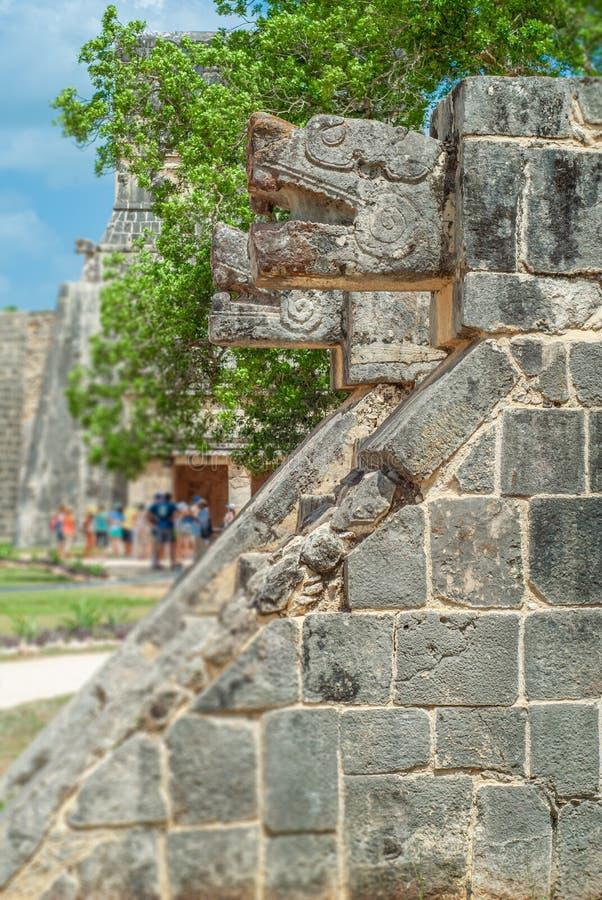 Ornamentos de piedra, en la forma de las cabezas de la serpiente, en el área arqueológica de Chichen Itza imagen de archivo libre de regalías