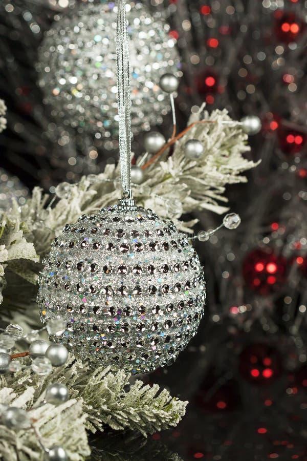 Ornamentos de plata de la Navidad fotografía de archivo