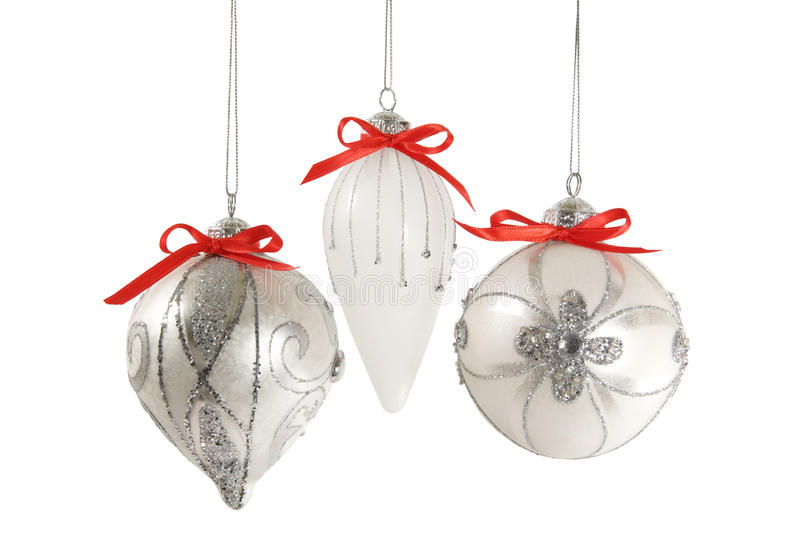 Ornamentos de plata de la Navidad aislados imagenes de archivo
