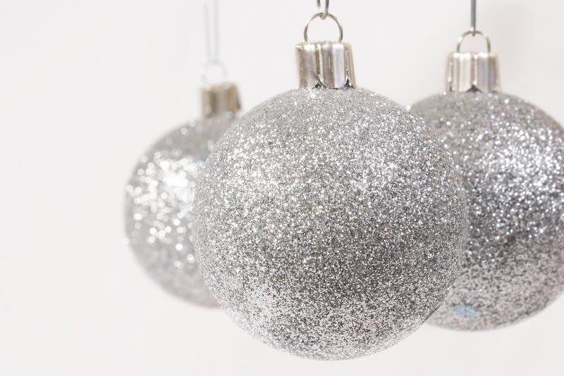 Ornamentos de plata de la Navidad del brillo fotos de archivo