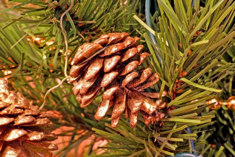 Ornamentos del árbol de navidad de los conos del pino fotos de archivo libres de regalías