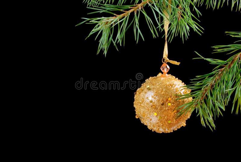 Ornamentos del árbol de navidad en obscuridad imagen de archivo