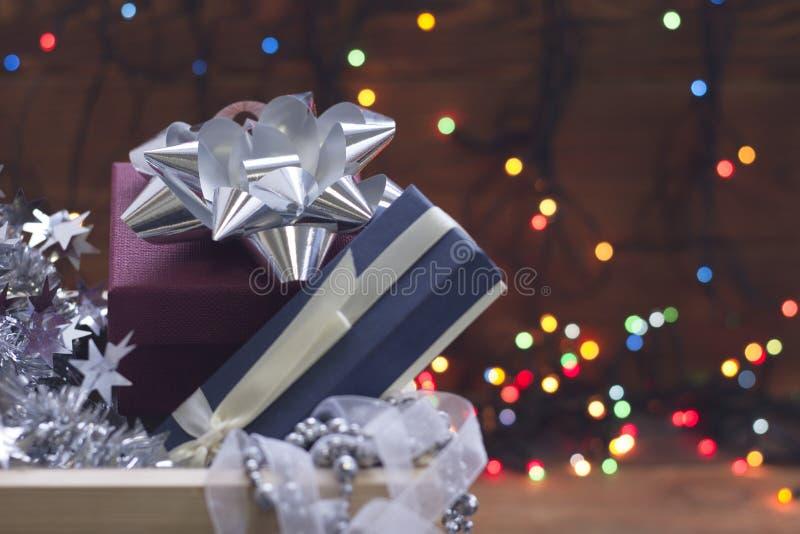 Ornamentos del Año Nuevo en una caja en un fondo borroso del bokeh foto de archivo