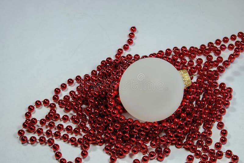 Ornamentos del día de fiesta de la Navidad de las bolas opacas blancas y de r colorido imagen de archivo
