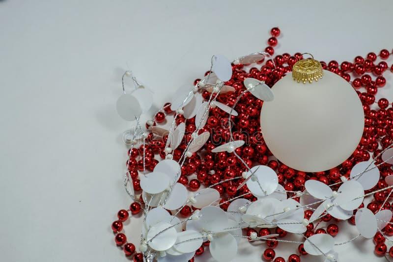 Ornamentos del día de fiesta de la Navidad de las bolas opacas blancas y de r colorido foto de archivo libre de regalías