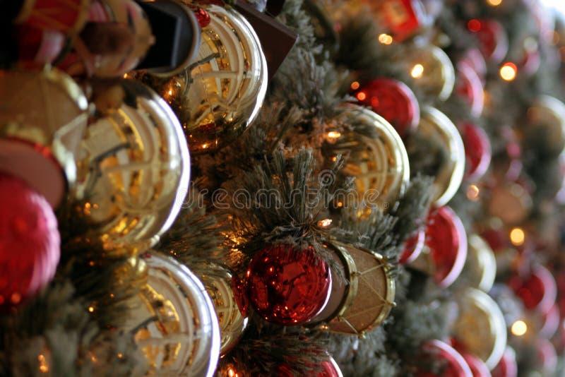 Ornamentos del día de fiesta en un árbol de navidad fotografía de archivo