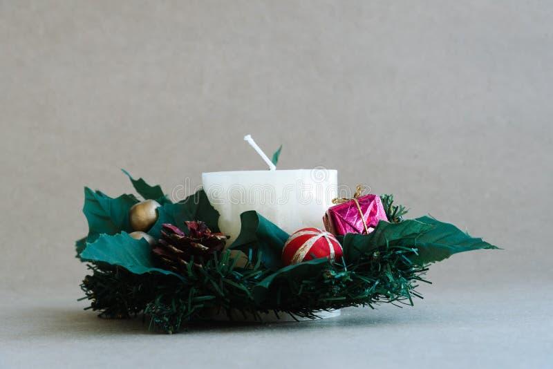 Ornamentos del día de fiesta de la Navidad en fondo rústico foto de archivo libre de regalías
