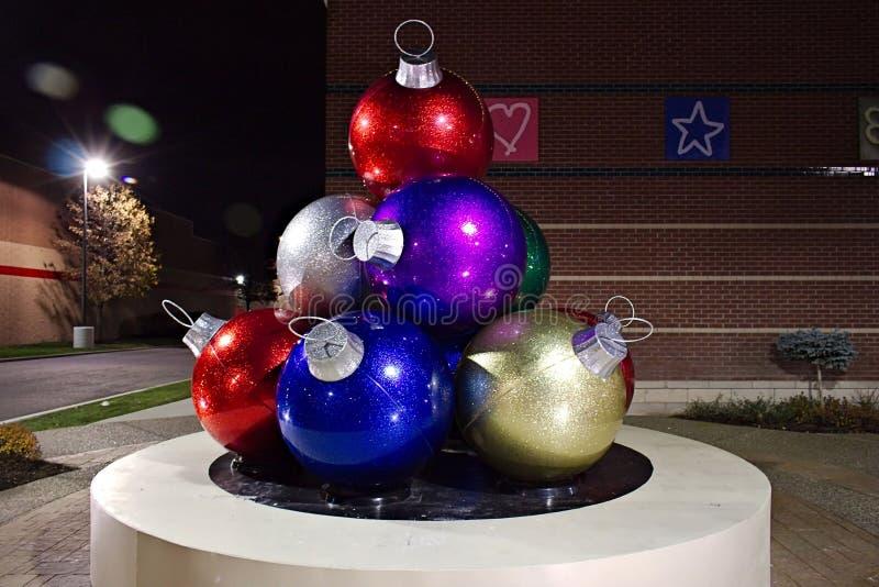 Ornamentos gigantes de la Navidad foto de archivo libre de regalías