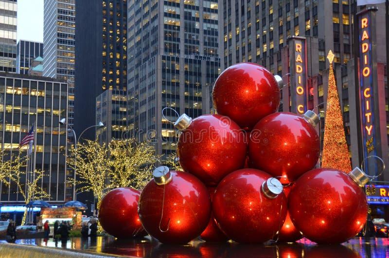Ornamentos gigantes de la Navidad, Nueva York imágenes de archivo libres de regalías