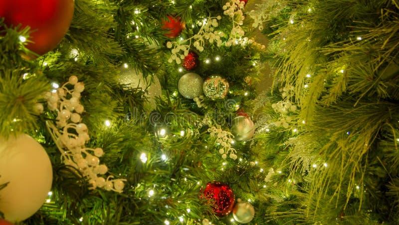 Ornamentos mezclados de la Navidad con el árbol en el centro del bastidor imagen de archivo libre de regalías