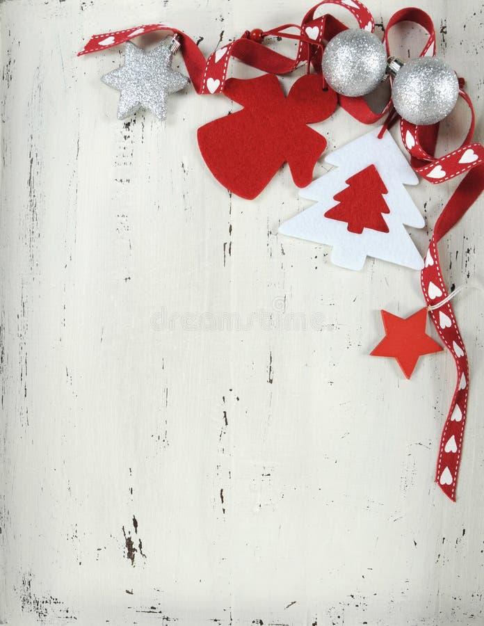 Ornamentos rojos y blancos de la Navidad del vintage del fieltro - vertical imagen de archivo libre de regalías