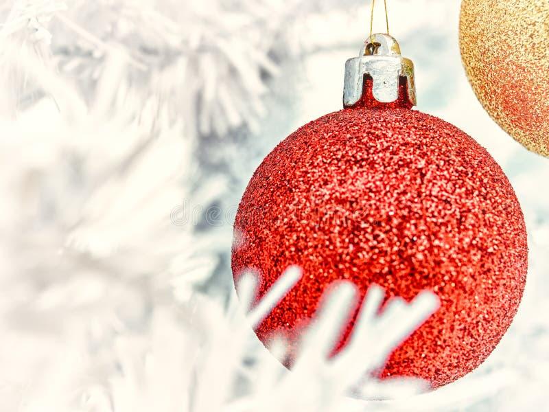 Ornamentos y árbol de la Navidad foto de archivo