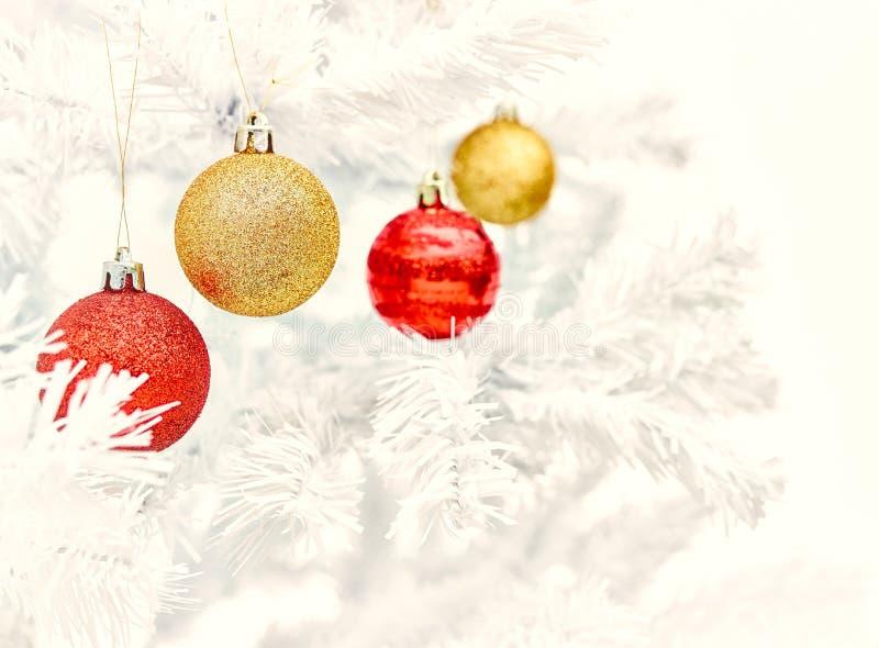 Ornamentos y árbol de la Navidad fotos de archivo libres de regalías