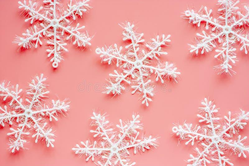Ornamentos y decoración del copo de nieve de Navidad en fondo rosado fotografía de archivo