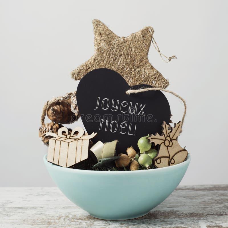 Ornamentos y Feliz Navidad del texto en francés fotografía de archivo libre de regalías