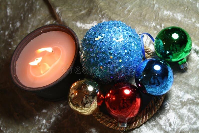 Ornamentos y luz de la vela foto de archivo libre de regalías