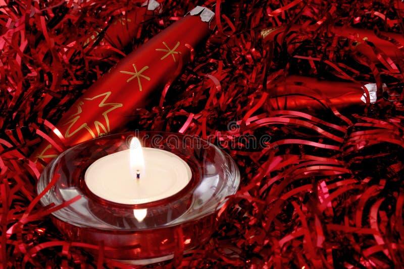 Ornamentos y vela rojos de la Navidad fotografía de archivo
