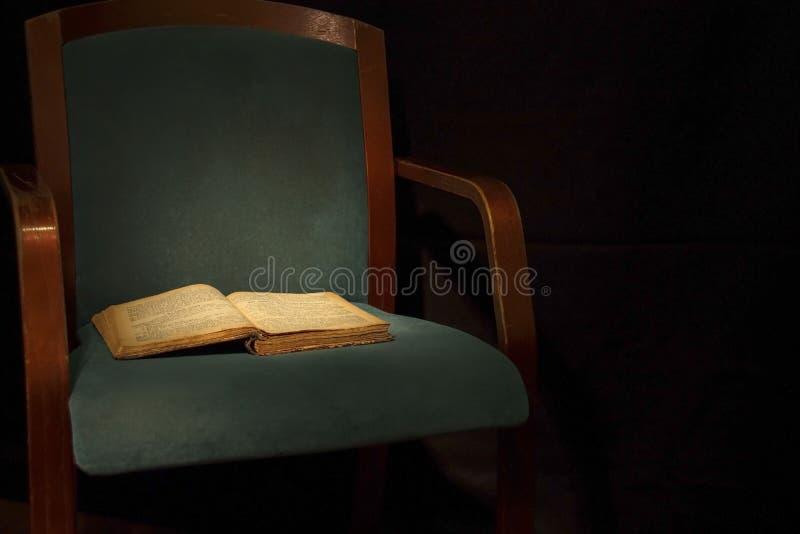 ornamentu geometryczne tła księgi stary rocznik Bardzo stara książka na krześle fotografia stock