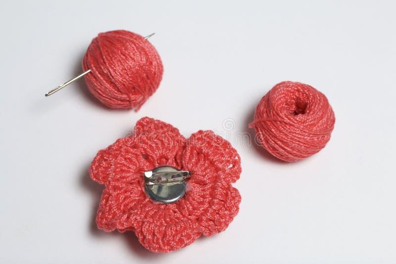 Ornamenty robić swój rękami Na stołowej kłamstwo gmatwaninie nici, barrette i trykotowa broszka w postaci kwiatu, obrazy royalty free