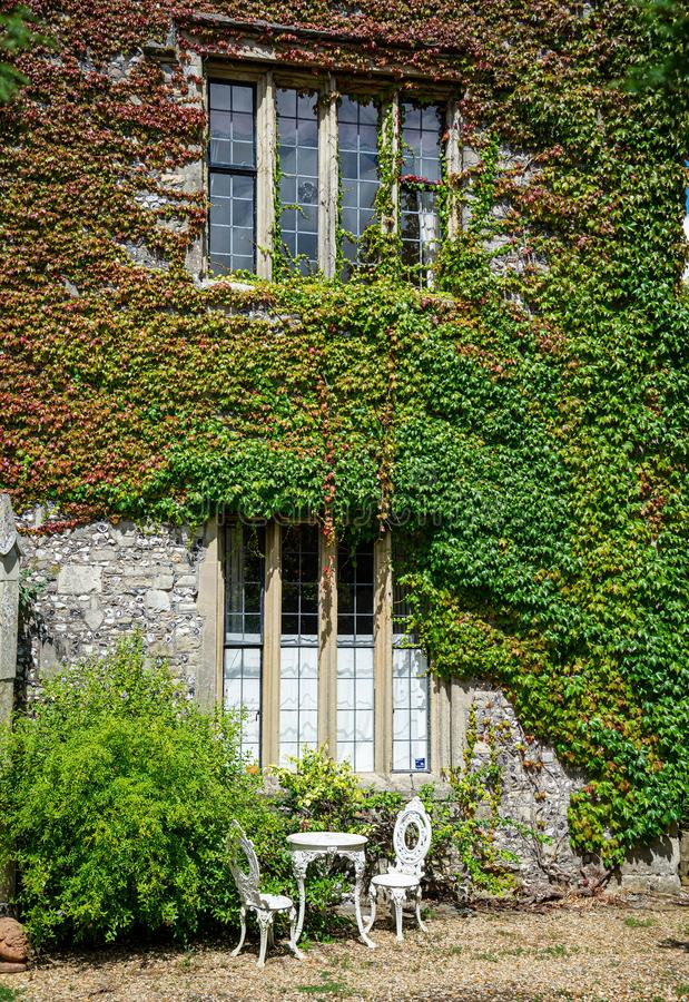 Ornate gates House, localizado no Close perto da Catedral de Salisbury imagens de stock royalty free