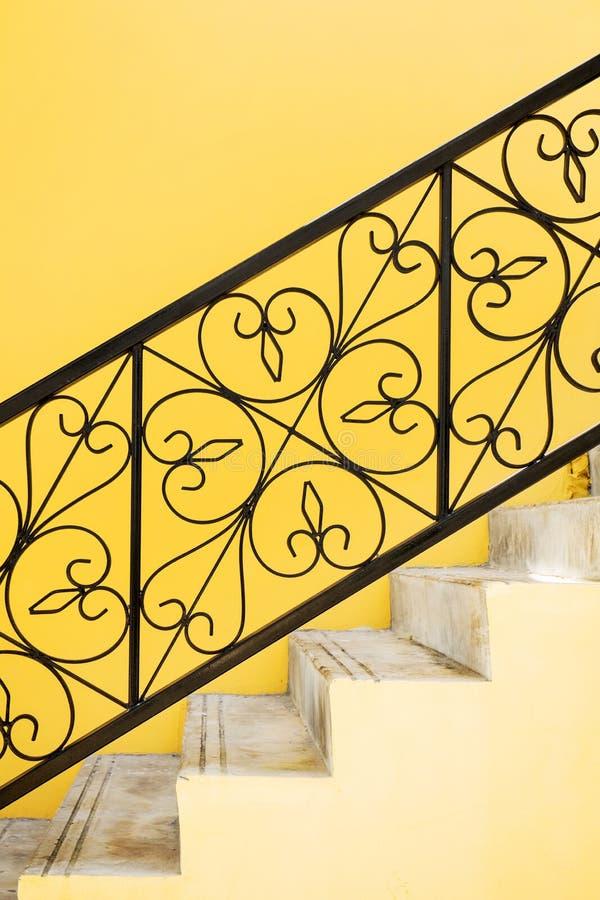 Ornate handrail av järn med bearbetad form arkivbild