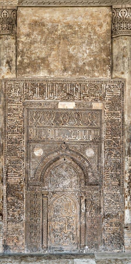 Ornate z grawerowanym murem z rujnowanymi wzorami kwiatowymi w Meczecie Ibn Tulun, Kair, Egipt zdjęcie stock
