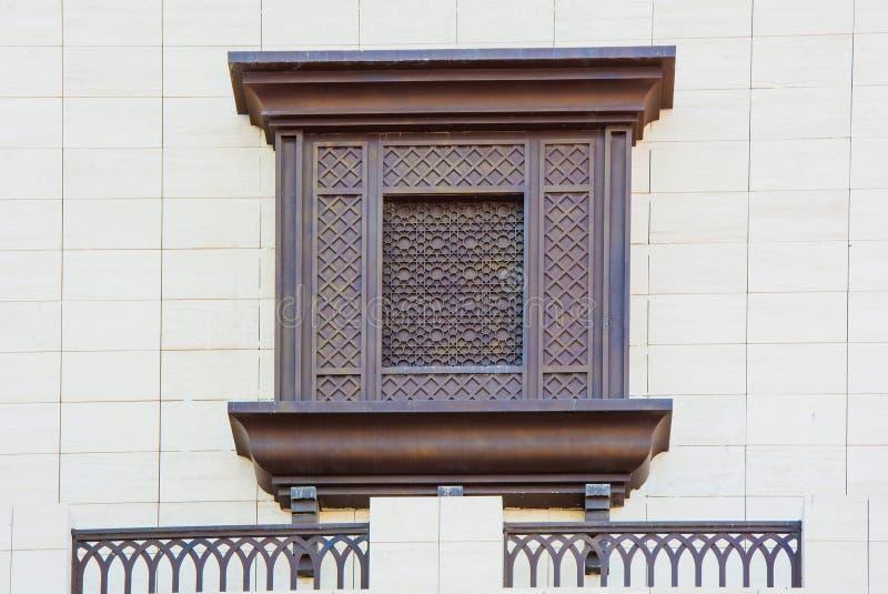 Ornement arabe sur la fenêtre sur le mur image libre de droits